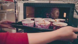 ガトーショコラをオーブンに入れます